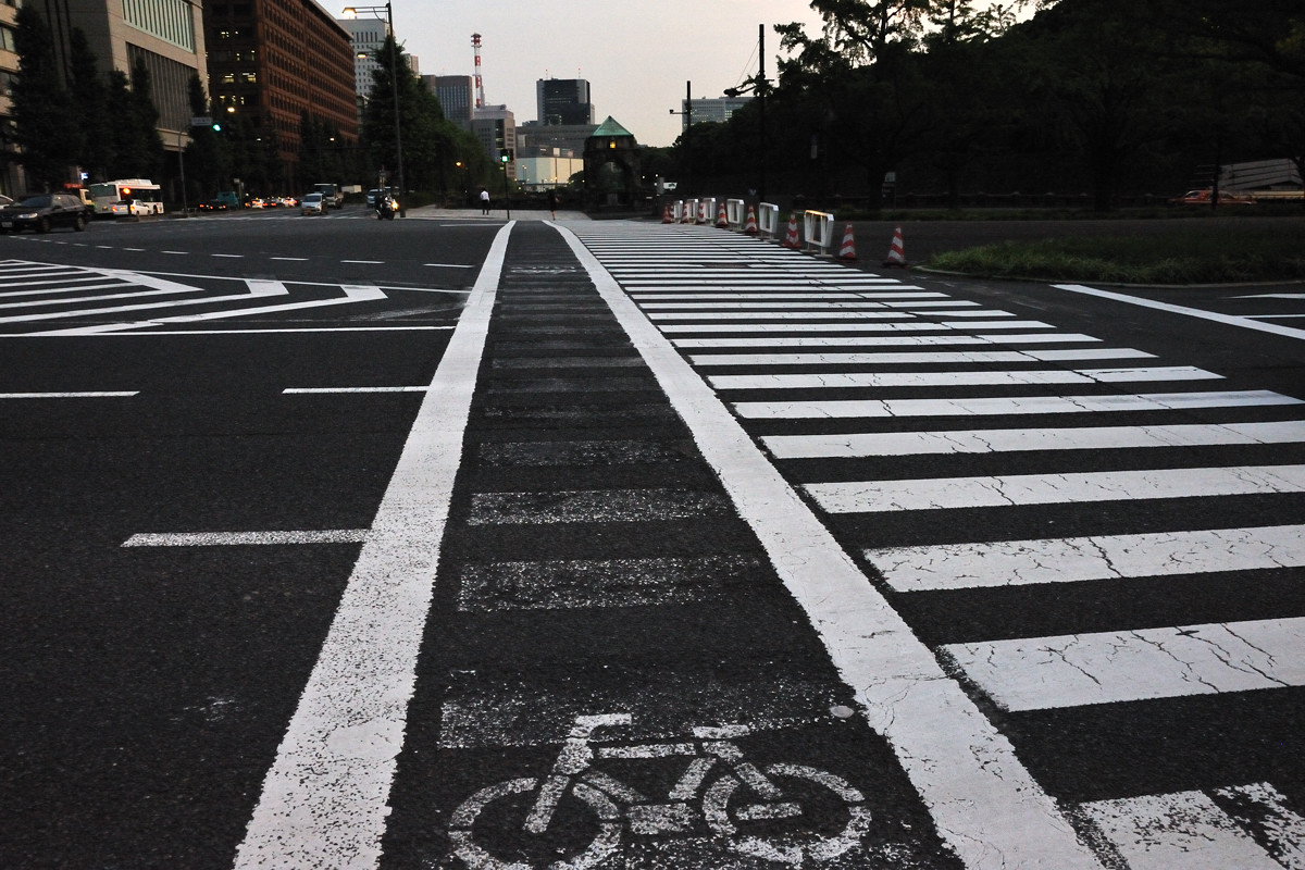和田倉門交叉点の長い横断歩道