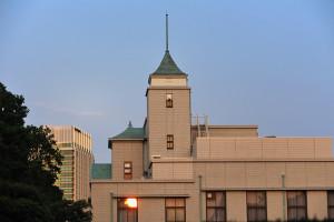 夕陽を浴びる法曹会館