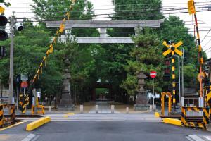 国道14号線からだと京成線の踏切の向うに隋神門が見える