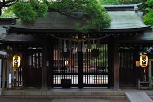 閉ざされた神門の向うに拝殿