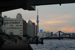 隅田川大橋の下から清洲橋と東京スカイツリーを見る