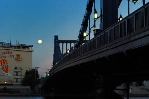 清洲橋に月