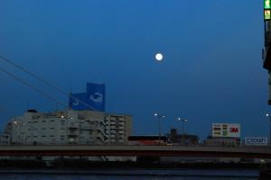 新大橋に月