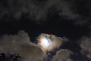 月に照らされた流れる雲