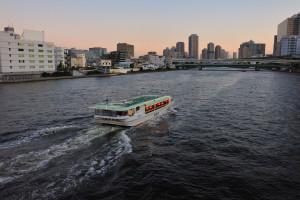 清洲橋をくぐり東京湾に向かう屋形船