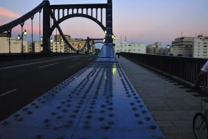 清洲橋のリベットが並ぶ吊橋構造