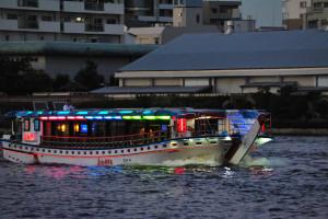 隅田川を悠々と下るちょっと目立つ屋形船