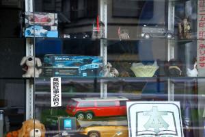 散歩の余所見:プラモデルのある陳列窓