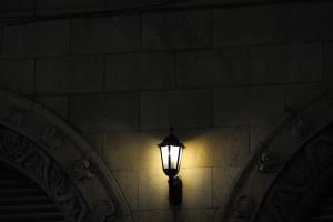 丸石ビルディングの灯に浮かぶアーチのレリーフ