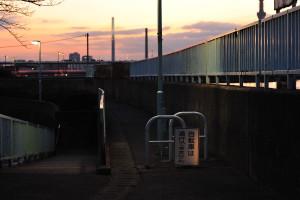 平和橋に近づくと歩道が狭くなる