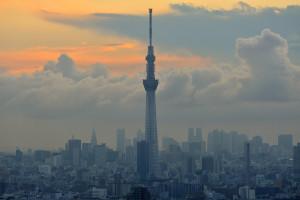 日没前の霞んで見える東京スカイツリー