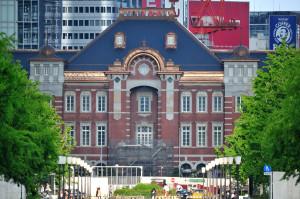 皇居前の広場から東京駅を遠望す