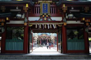 神門から社殿を覗く