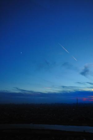 月と飛行機雲と東京スカイツリーとガラスの反射