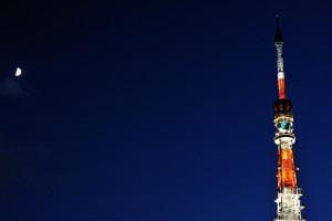 東京タワーに月