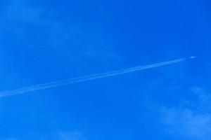 2本の飛行機雲