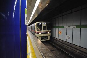 各駅停車の本八幡行きの京王線車両