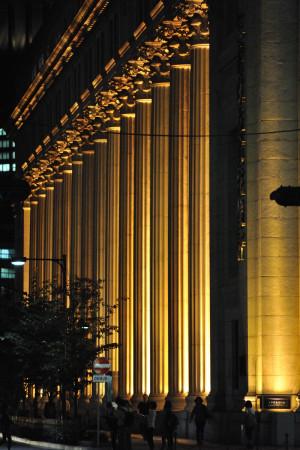 電球色になった三井本館のライトアップ