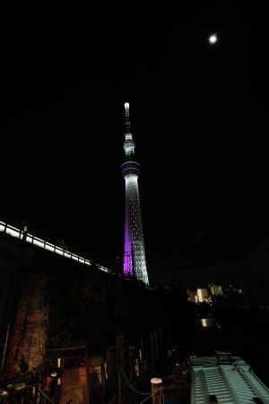 スカイツリーと月と東武電車と屋形船