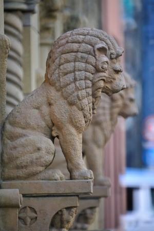 丸石ビルディングのライオン像