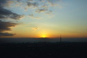 雲に沈む夕日