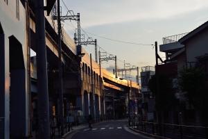 光る京成本線高架