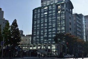 Building to receive the morning sun reflected by the Meiji-za